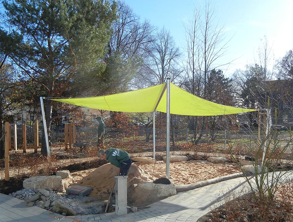 Diamond-shaped sun awning, retractable