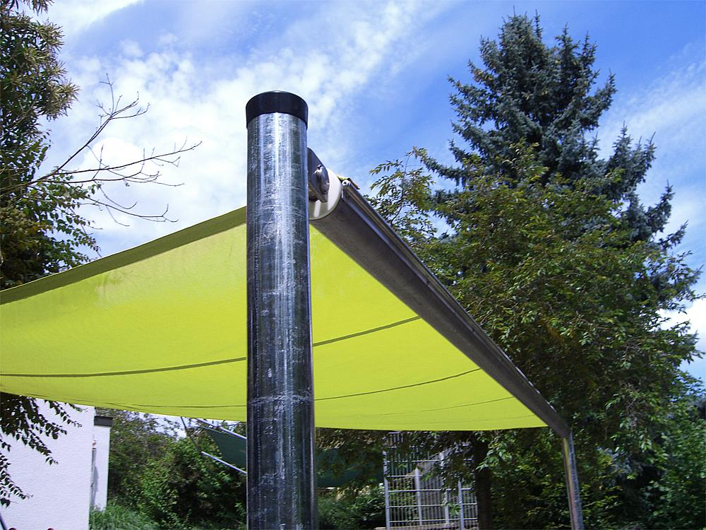 Triangular sun awning, retractable